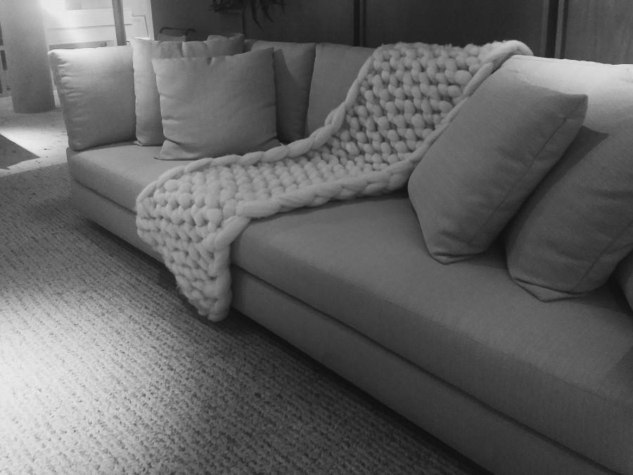 Amei a manta de tricô e o jeito que ela foi disposta no sofá