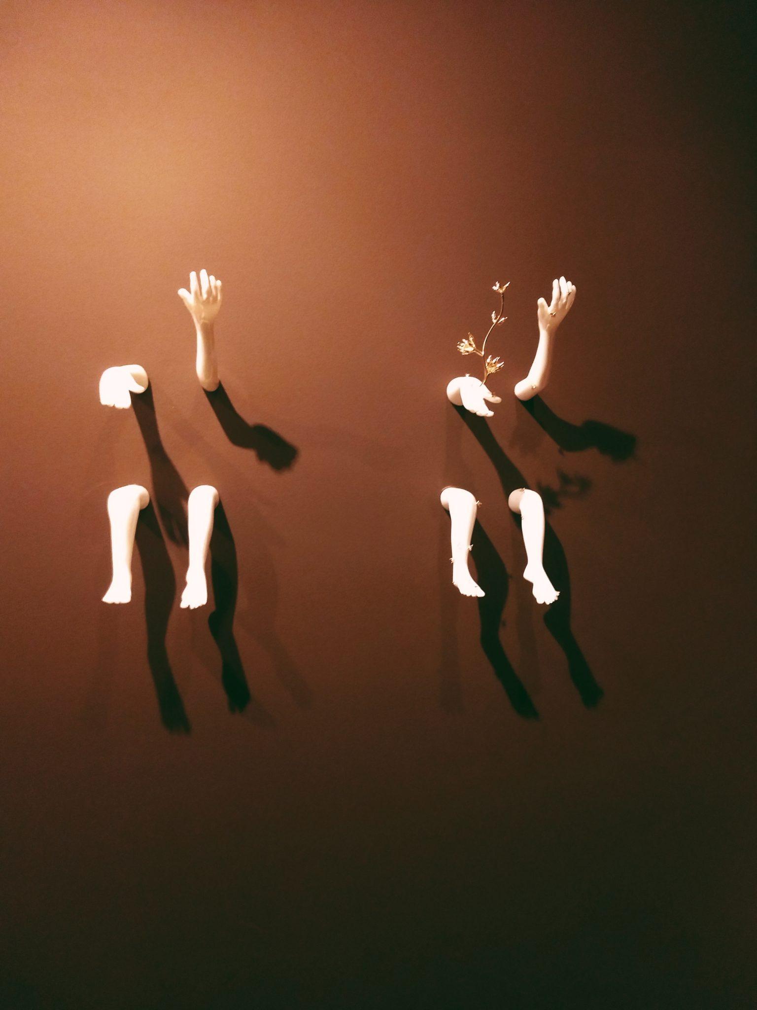 Adorei o jogo de luz e sombra e o efeito de desaparecer dentro da parede dessas mini esculturas
