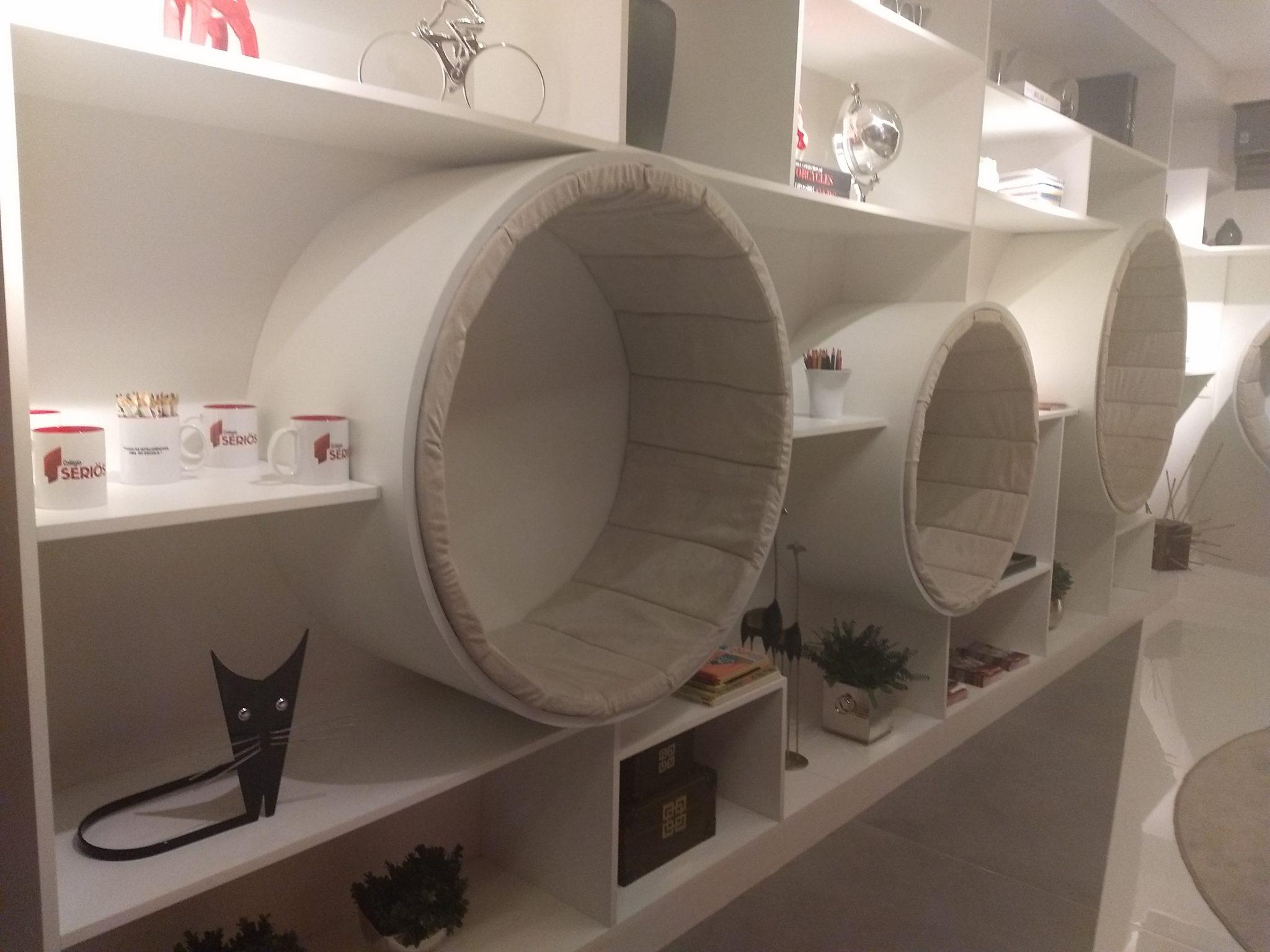 E essa estante que dá pra sentar e pode ser um espaço incrível para os gatinhos?!